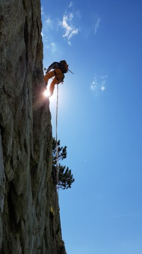 Ein Kletterer vertraut auf sich und seinen Kleterpartner.